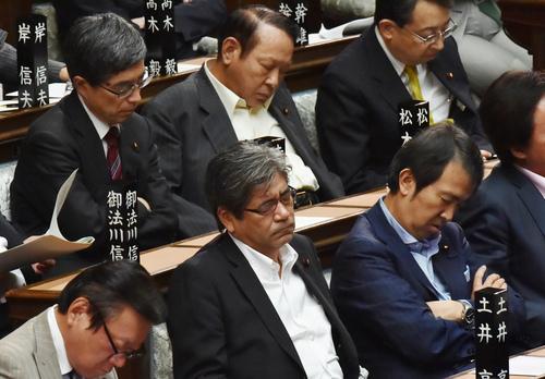 衆院本会議の開会から1時間半が経過。民主・枝野幹事長の質問に対する中谷防衛相の答弁を聞く自民党の議員たち=国会内で2015年5月26日午後2時38分